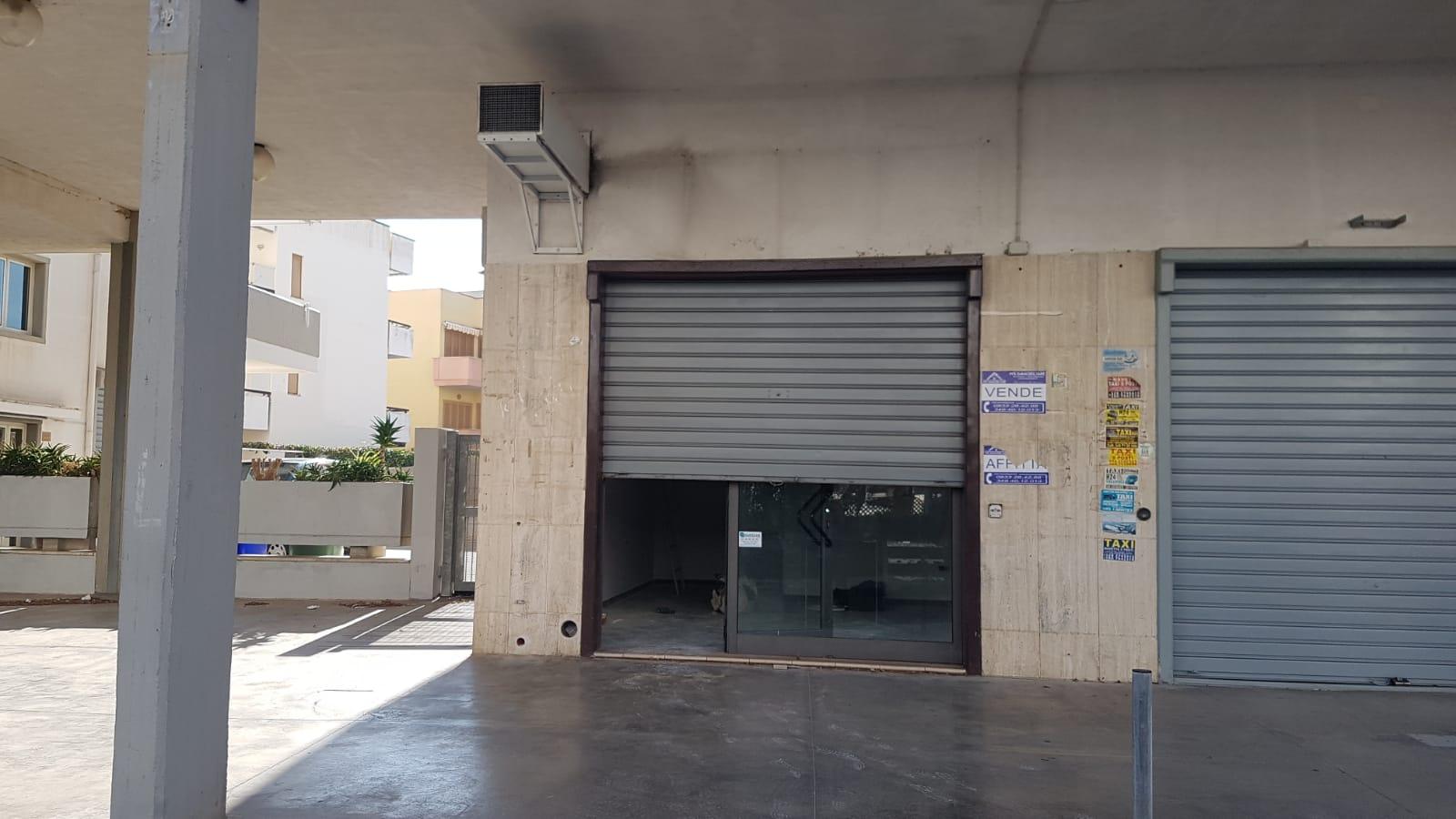 Rivabella locale fronte strada